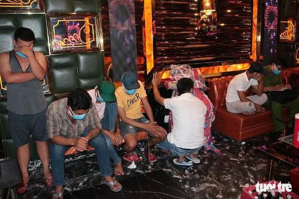 30 người phê ma túy trong quán karaoke ở Trà Vinh - Ảnh 1.