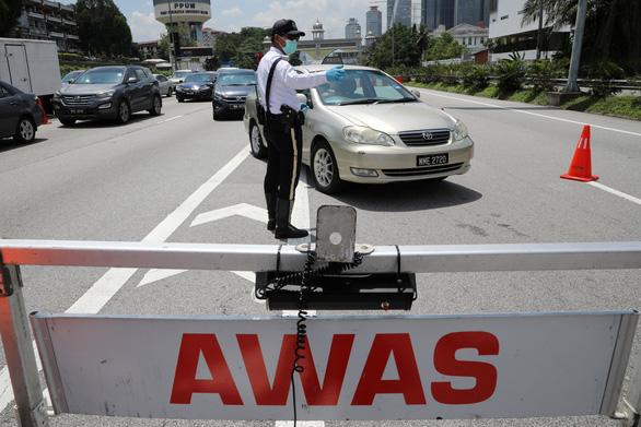 Malaysia phong tỏa toàn quốc 3 tuần - Ảnh 1.
