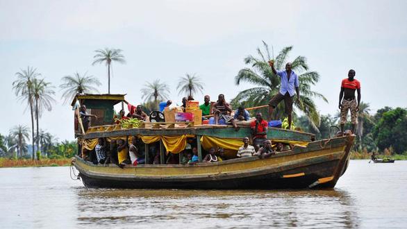 Tàu đâm cây trôi sông vỡ đôi, 30 hành khách thiệt mạng - Ảnh 1.