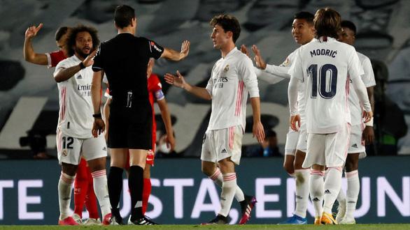 Hòa Sevilla 2-2, Real Madrid mất quyền tự quyết trong cuộc đua vô địch - Ảnh 3.