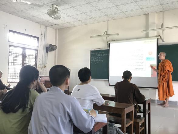 Sư thầy với lớp luyện thi THPT miễn phí - Ảnh 1.