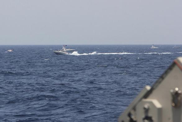 Tàu Mỹ bắn cảnh cáo hơn chục tàu Iran ở Hormuz - Ảnh 1.