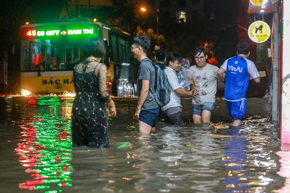 Nhiều tuyến phố Hà Nội ngập ngang bụng sau cơn mưa dông - Ảnh 3.