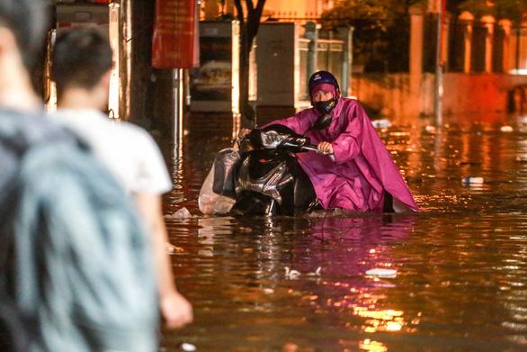Nhiều tuyến phố Hà Nội ngập ngang bụng sau cơn mưa dông - Ảnh 5.