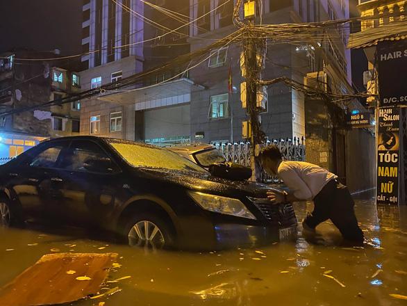 Nhiều tuyến phố Hà Nội ngập ngang bụng sau cơn mưa dông - Ảnh 2.