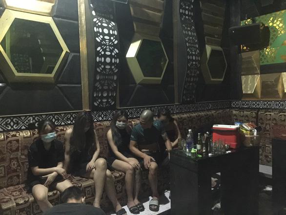 Thu giấy phép quán karaoke để 4 đôi nam nữ phê ma túy, nhảy múa giữa dịch - Ảnh 1.