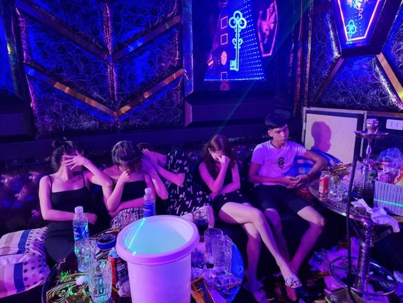 33 nam thanh nữ tú tụ tập chơi ma túy, hát hò tưng bừng giữa mùa dịch - Ảnh 2.