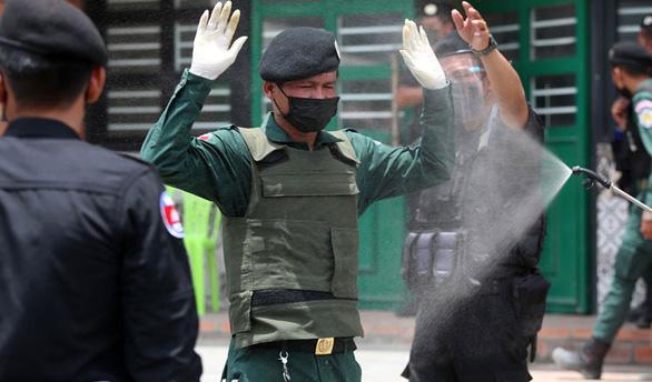Gác chốt kiểm dịch COVID-19, 84 cảnh sát ở Campuchia dương tính với corona - Ảnh 1.
