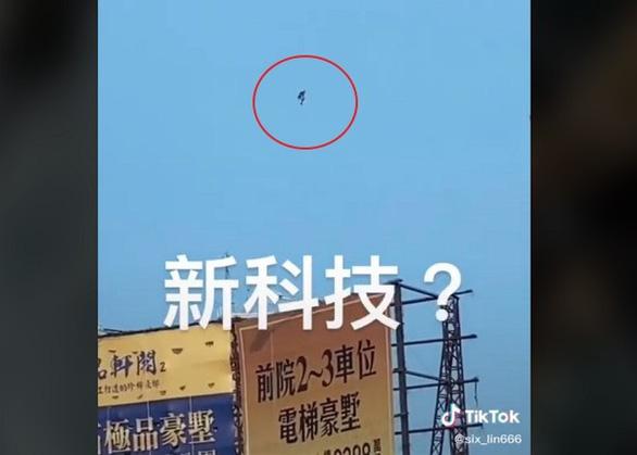Iron Man bí ẩn, bay lơ lửng giữa trời khiến dân Đài Loan xôn xao - Ảnh 1.