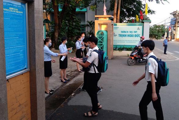 Nơi cho học sinh nghỉ, nơi thi học kỳ trực tuyến, riêng Quảng Ngãi cho học lại - Ảnh 3.