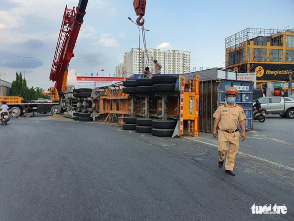 Người đi đường kinh hồn bạt vía với xe container lật ở cầu vượt Bình Phước - Ảnh 2.