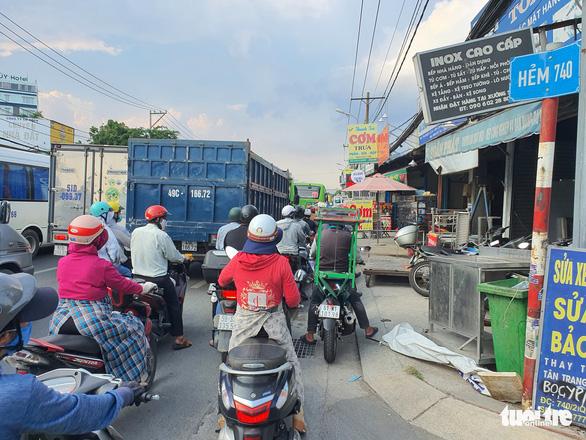 Người đi đường kinh hồn bạt vía với xe container lật ở cầu vượt Bình Phước - Ảnh 5.