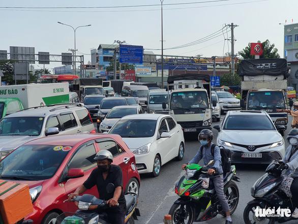 Người đi đường kinh hồn bạt vía với xe container lật ở cầu vượt Bình Phước - Ảnh 6.