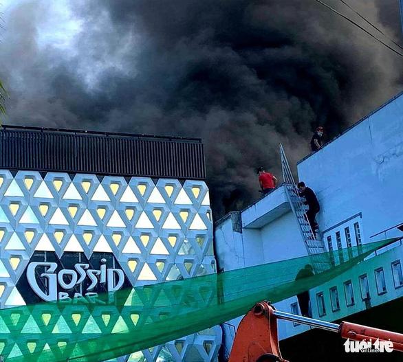 Bar lớn nhất Cà Mau bốc cháy - Ảnh 1.