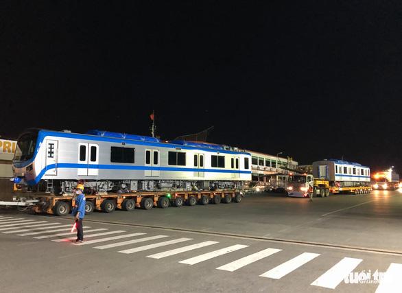 Suốt đêm đoàn xe siêu trường, siêu trọng mang các toa tàu metro đến với depot Long Bình - Ảnh 7.