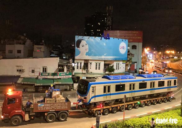 Suốt đêm đoàn xe siêu trường, siêu trọng mang các toa tàu metro đến với depot Long Bình - Ảnh 11.