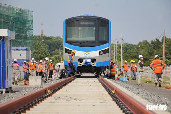 Đoàn tàu metro đã được đặt lên đường ray depot Long Bình - Ảnh 10.