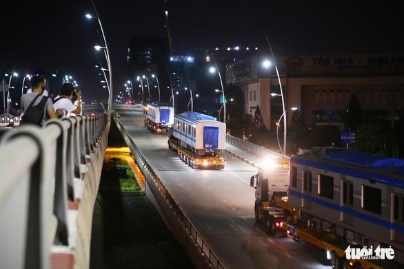 Suốt đêm đoàn xe siêu trường, siêu trọng mang các toa tàu metro đến với depot Long Bình - Ảnh 2.