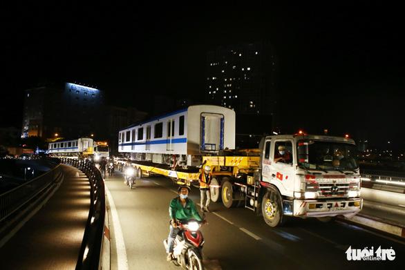 Suốt đêm đoàn xe siêu trường, siêu trọng mang các toa tàu metro đến với depot Long Bình - Ảnh 9.