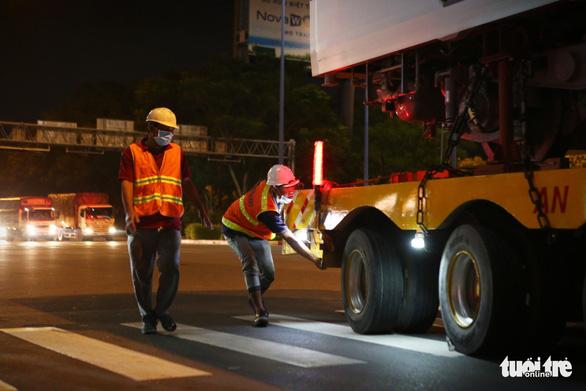 Suốt đêm đoàn xe siêu trường, siêu trọng mang các toa tàu metro đến với depot Long Bình - Ảnh 5.