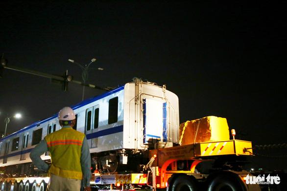 Suốt đêm đoàn xe siêu trường, siêu trọng mang các toa tàu metro đến với depot Long Bình - Ảnh 4.