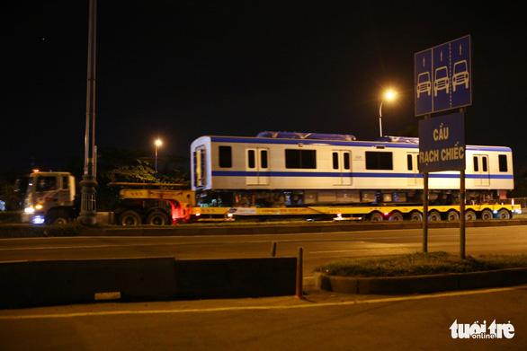 Suốt đêm đoàn xe siêu trường, siêu trọng mang các toa tàu metro đến với depot Long Bình - Ảnh 10.