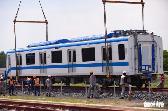 Đoàn tàu metro đã được đặt lên đường ray depot Long Bình - Ảnh 9.