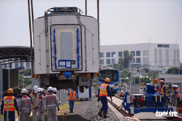 Đoàn tàu metro đã được đặt lên đường ray depot Long Bình - Ảnh 8.