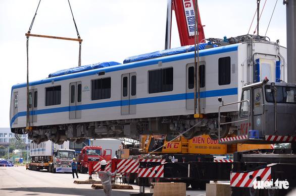 Đoàn tàu metro đã được đặt lên đường ray depot Long Bình - Ảnh 7.
