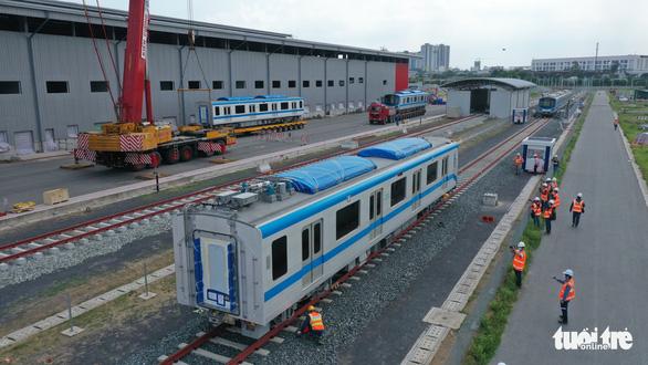 Đoàn tàu metro đã được đặt lên đường ray depot Long Bình - Ảnh 2.