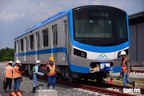 Đoàn tàu metro đã được đặt lên đường ray depot Long Bình - Ảnh 3.