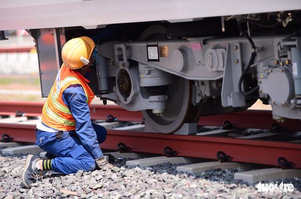 Đoàn tàu metro đã được đặt lên đường ray depot Long Bình - Ảnh 4.