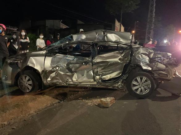 Xe tải tông ngang hông, dúm dó xe hơi, nữ tài xế xe hơi chết trong xe - Ảnh 1.