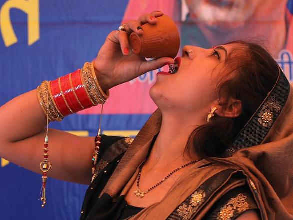 Bác sĩ Ấn Độ cảnh báo không dùng phân, nước tiểu bò để chống COVID-19 - Ảnh 5.