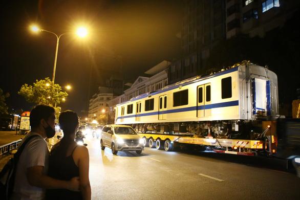 Suốt đêm đoàn xe siêu trường, siêu trọng mang các toa tàu metro đến với depot Long Bình - Ảnh 3.