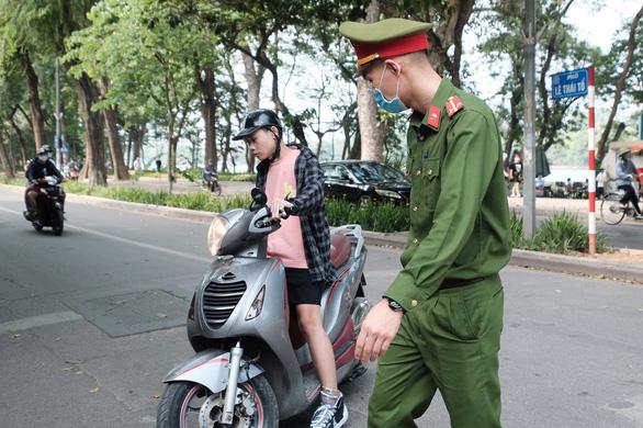 Mới 10 ngày, Hà Nội phạt người không đeo khẩu trang hơn 3 tỉ đồng - Ảnh 1.