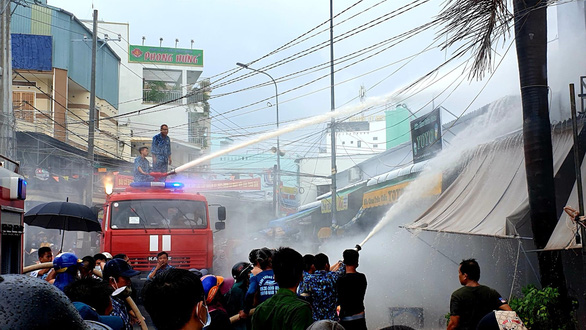 Bộ đội hải quân giúp dân dập tắt vụ cháy tiệm tạp hóa ở Phú Quốc - Ảnh 2.