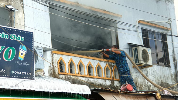 Bộ đội hải quân giúp dân dập tắt vụ cháy tiệm tạp hóa ở Phú Quốc - Ảnh 3.