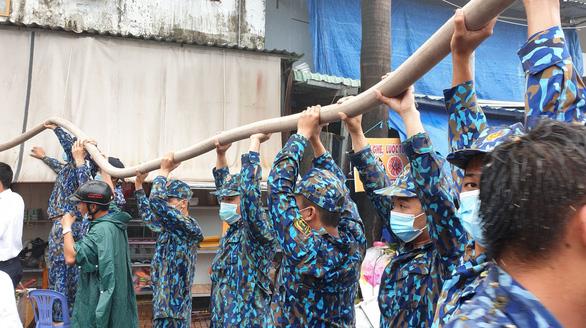Bộ đội hải quân giúp dân dập tắt vụ cháy tiệm tạp hóa ở Phú Quốc - Ảnh 4.