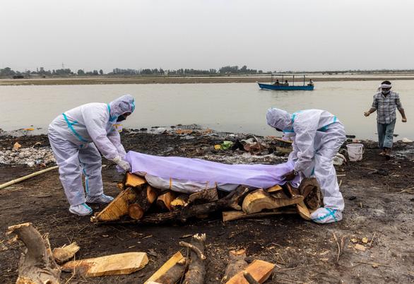 Ấn Độ giăng lưới vớt thi thể trên sông Hằng - Ảnh 1.