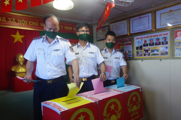 Cảnh sát biển bầu cử sớm trên tàu giữa biển khơi - Ảnh 2.