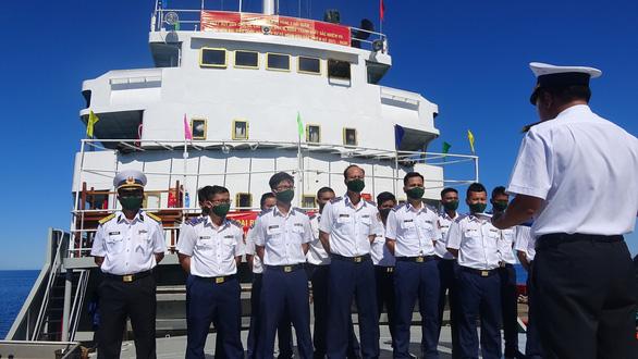 Cảnh sát biển bầu cử sớm trên tàu giữa biển khơi - Ảnh 1.
