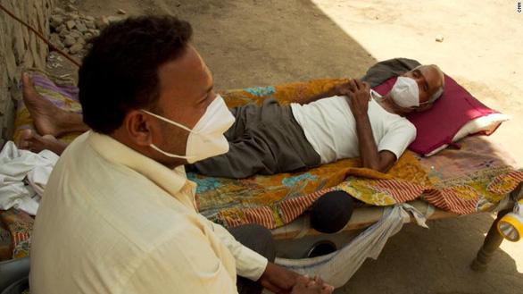 Nhiều làng ở Ấn Độ thiếu bác sĩ và bệnh viện điều trị COVID-19 - Ảnh 2.