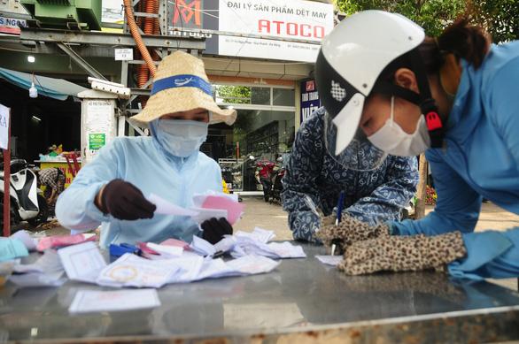 Người Đà Nẵng đi chợ mùa COVID-19 - Ảnh 1.
