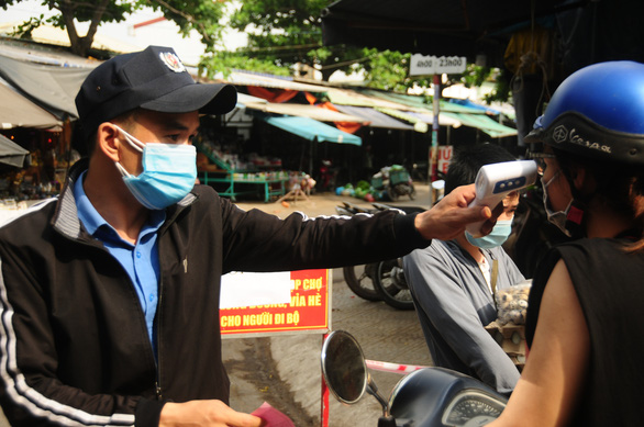 Người Đà Nẵng đi chợ mùa COVID-19 - Ảnh 2.