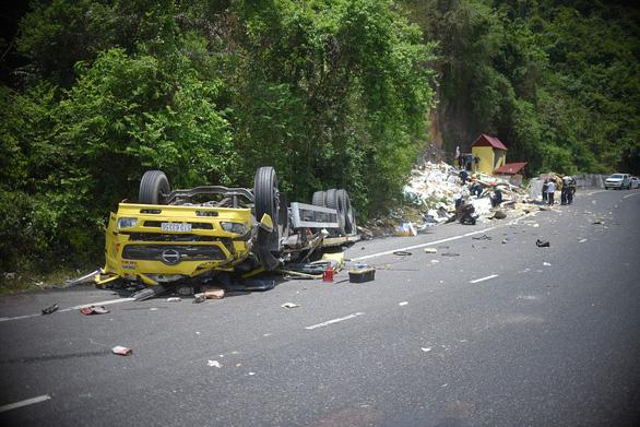 Xe tải đổ đèo Cù Mông tông lan can lật ngửa, 2 người chết - Ảnh 2.