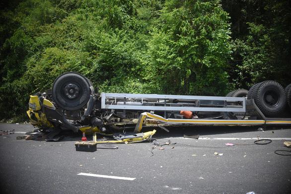 Xe tải đổ đèo Cù Mông tông lan can lật ngửa, 2 người chết - Ảnh 3.