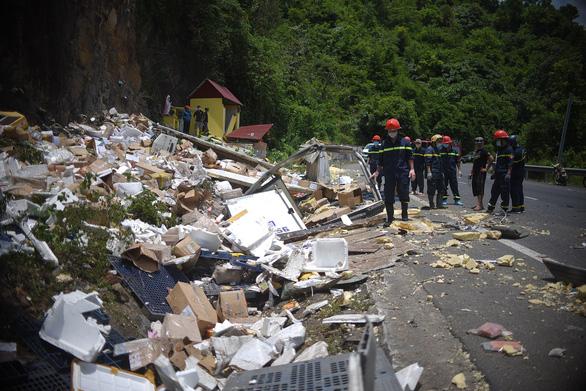 Xe tải đổ đèo Cù Mông tông lan can lật ngửa, 2 người chết - Ảnh 6.