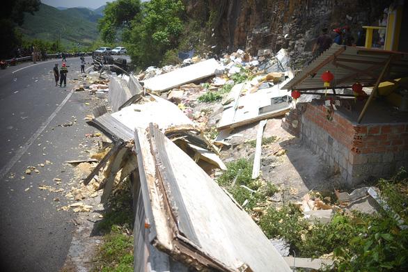 Xe tải đổ đèo Cù Mông tông lan can lật ngửa, 2 người chết - Ảnh 5.