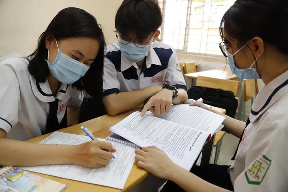 Sở GD-ĐT TP.HCM: Ôn tập cho học sinh cuối cấp phải dưới 30 người/phòng - Ảnh 1.